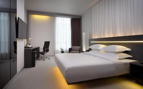 Кровать или кровати в номере Four Elements Ekaterinburg