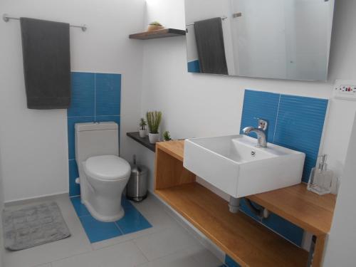 A bathroom at Moderatto Suites