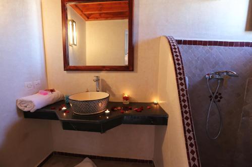 A bathroom at Riad Zehar