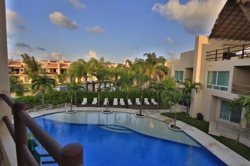Вид на бассейн в Coral Maya Stay Suites или окрестностях