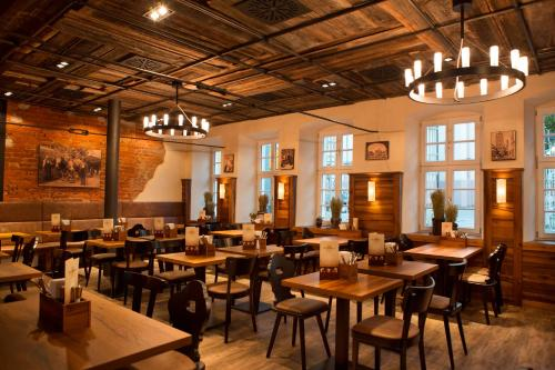Ein Restaurant oder anderes Speiselokal in der Unterkunft RiKu HOTEL Weißenhorn