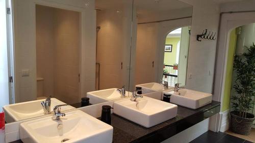 A bathroom at Porto Wine Hostel