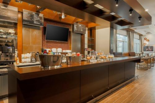 A restaurant or other place to eat at Courtyard by Marriott San Francisco Union Square