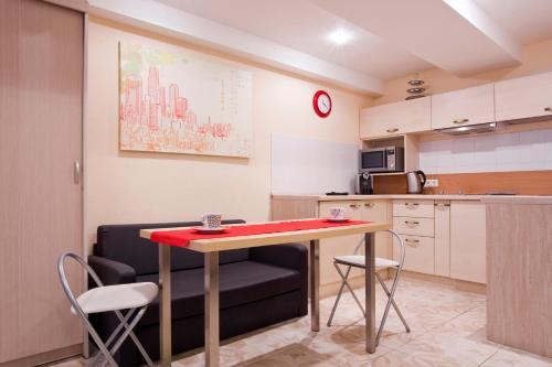 Кухня или мини-кухня в Apartment Sutochno78 Nikolskaya