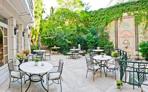 Un restaurante o sitio para comer en Relais & Châteaux Hotel Orfila