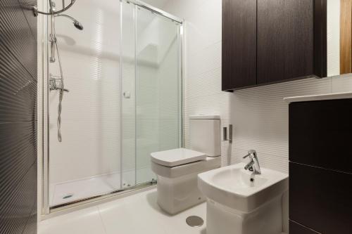 A bathroom at Hostal Arriola