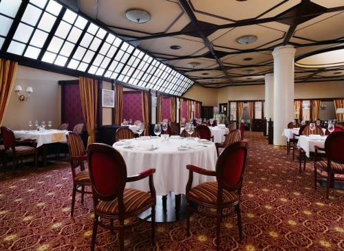 A restaurant or other place to eat at Moscow Marriott Grand Hotel