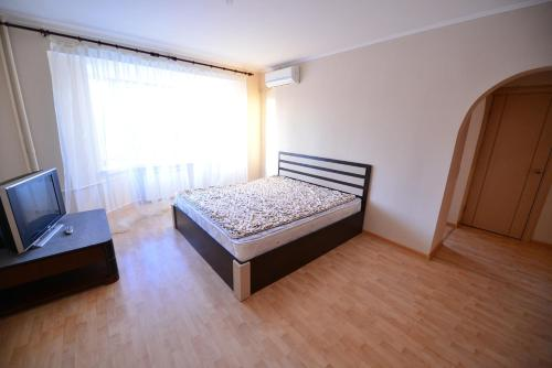 A bed or beds in a room at Apartment On Leytenanta Shmidta 4