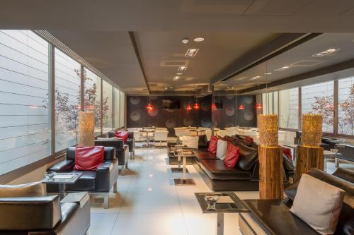 Un restaurante o sitio para comer en Porto Trindade Hotel
