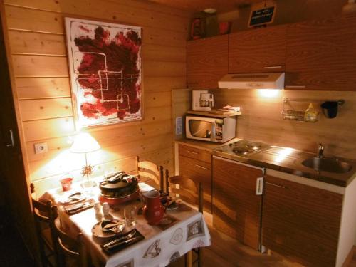 A kitchen or kitchenette at Gite Au Coeur Du Chalet en Belledonne vers Prapoutel Les 7 Laux