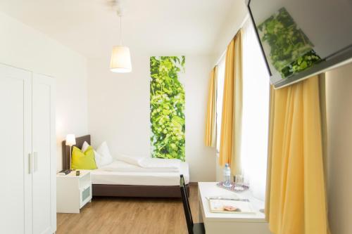 Ein Bett oder Betten in einem Zimmer der Unterkunft Schnaitl Braugasthof- Hotel GARNI -B&B-