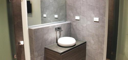 A bathroom at Posh Hotel