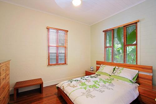A bed or beds in a room at Harkaway Holiday House Byron Bay