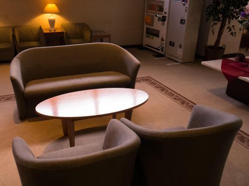 A seating area at Hotel Sunroute Tochigi