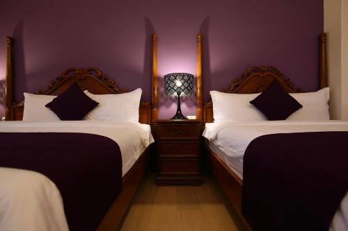 大花紫薇民宿房間的床