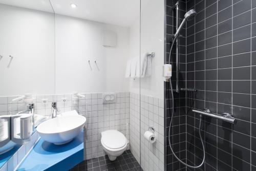 A bathroom at 7 Days Premium Hotel Linz-Ansfelden