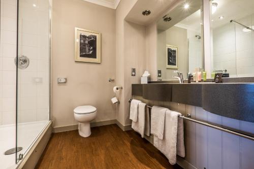 A bathroom at Bridge Hotel