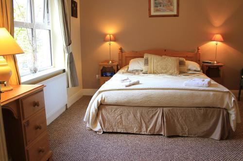 A bed or beds in a room at Parkhouse B&B