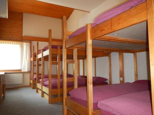Ein Etagenbett oder Etagenbetten in einem Zimmer der Unterkunft Mountain Lodge Urweider