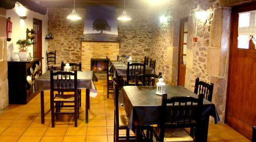 A restaurant or other place to eat at Albergue Abarun Aterpea