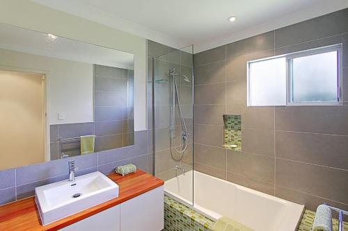A bathroom at Su Casa Byron Bay