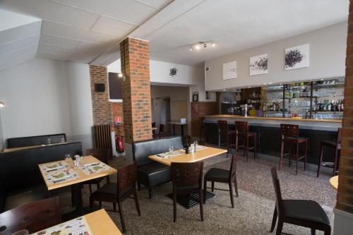 Restaurant ou autre lieu de restauration dans l'établissement Hotel Bayle