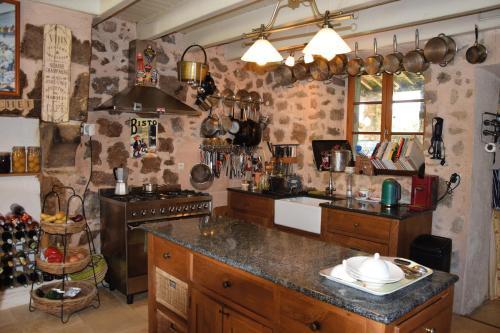 A kitchen or kitchenette at Chez Jasmin