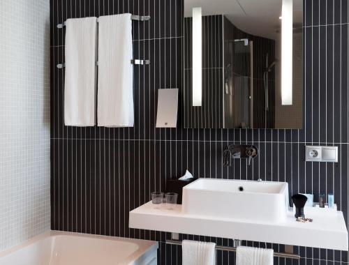 Un baño de Novotel Suites Malaga Centro