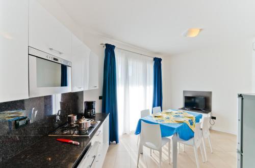 Kuchyň nebo kuchyňský kout v ubytování Villa Marina