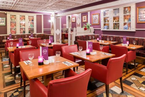 A restaurant or other place to eat at River Island Hotel