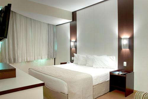 A bed or beds in a room at Master Royal - Aeroporto