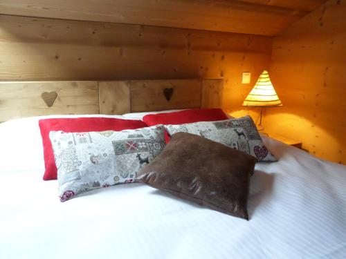 A bed or beds in a room at Auberge Du Fraizier