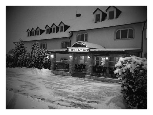 Patyi Étterem és Hotel during the winter