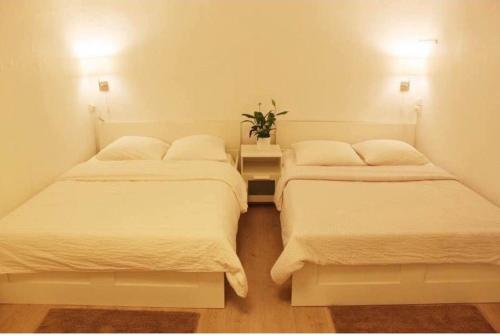A bed or beds in a room at Hotel Du Globe