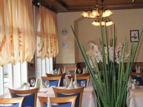 Ein Restaurant oder anderes Speiselokal in der Unterkunft Hotel Chrüz