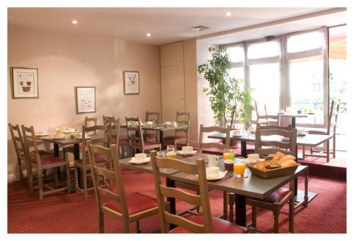 A restaurant or other place to eat at Kyriad Villefranche Sur Saone