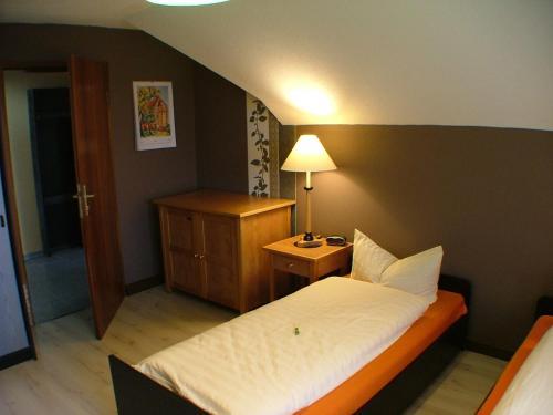 Ein Bett oder Betten in einem Zimmer der Unterkunft Hotel garni Pension Zur Lutherstadt