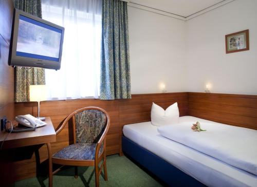 A bed or beds in a room at Hotel Alpinpark