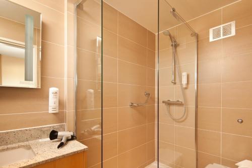 A bathroom at ibis Stevenage Centre