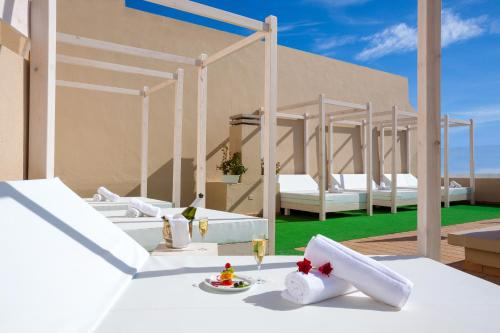 The swimming pool at or close to Aparthotel Los Dragos del Sur