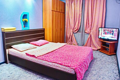 Кровать или кровати в номере Apartments na Odesskoy