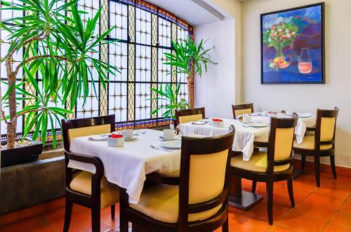Un restaurante o sitio para comer en Hotel Principe Real