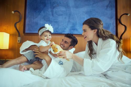 عائلة تقيم في جزيرة ياس روتانا أبو ظبي