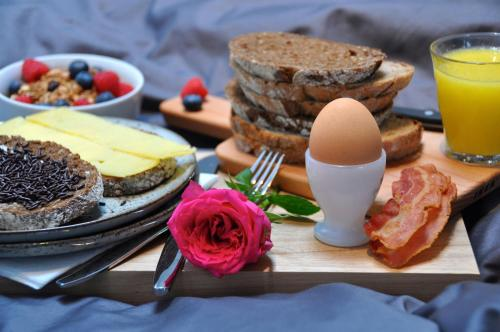 Breakfast options available to guests at Betty Blue Bed & Breakfast
