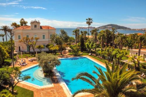 A view of the pool at Villa Irlanda Grand Hotel or nearby