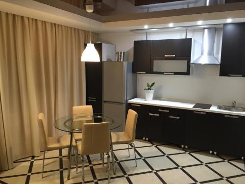 A kitchen or kitchenette at Apartment Inzhenernaya 108/62