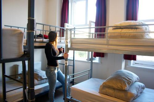 Ein Etagenbett oder Etagenbetten in einem Zimmer der Unterkunft Dover Castle Hostel