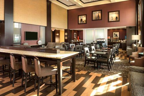 A restaurant or other place to eat at Hampton Inn & Suites Yonkers