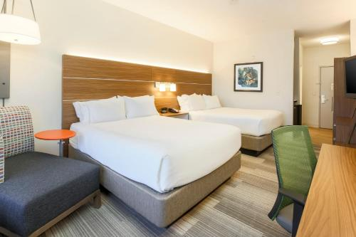 A bed or beds in a room at Holiday Inn Express Las Vegas South