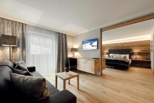 Ein Sitzbereich in der Unterkunft Alpines Gourmet Hotel Montanara